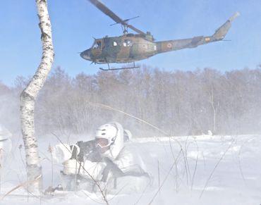 冬季遊撃ヘリと隊員②370.jpg