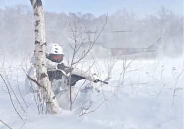 冬季遊撃ヘリと隊員③370.jpg