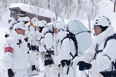 冬季遊撃助教と隊員370.jpg
