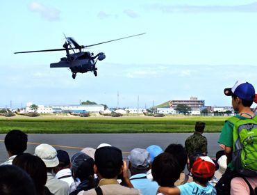 札幌UH-60と観客370.jpg