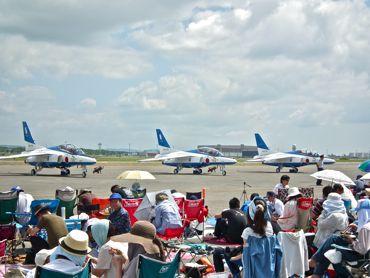 航空祭ブルーと観客370.jpg