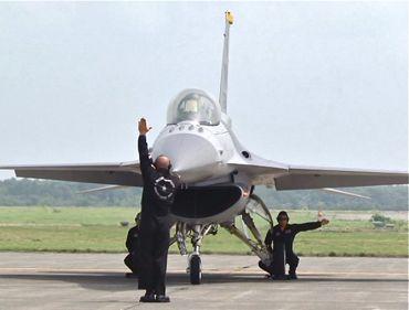 F-16地上スタッフ370.jpg