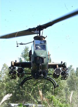 AH-1Sホバリング正面から370.jpg