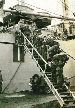 米輸送艦からタラップを降りる370.jpg
